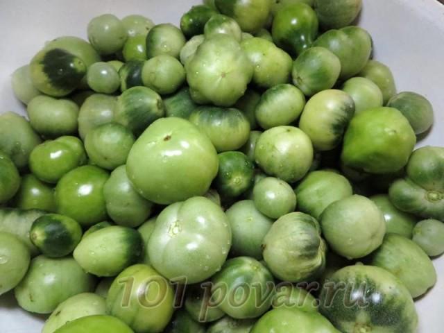 Зеленые помидорчики хорошенько моем в проточной воде и оставляем их стечь от воды