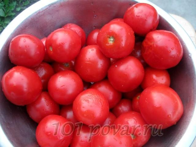 Выбираем томаты небольшого размера, с крепкой кожицей