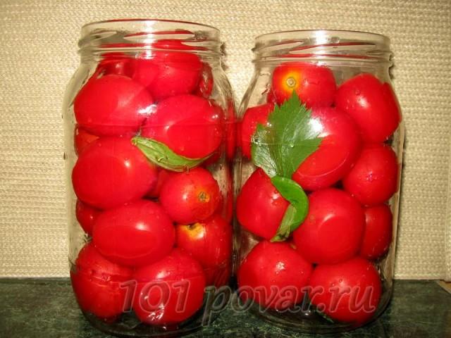 Моем помидоры и укладываем в чистые литровые банки. Банки перед укладкой томатов не стерилизуем. Вместе с томатами укладываем в банки и зелень.