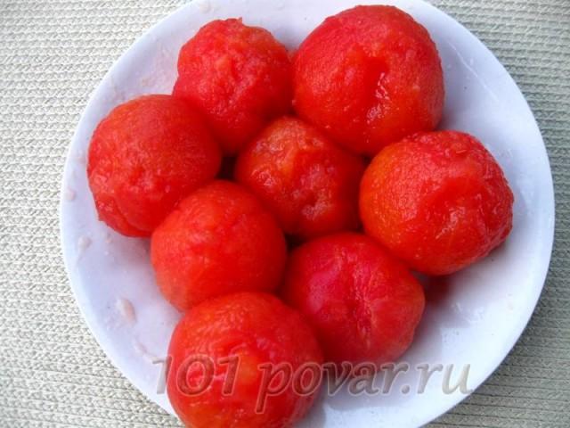 Вымытые крупные помидоры на несколько минут помещаем в кипящую воду, вынимаем, охлаждаем и снимаем с них аккуратно кожицу