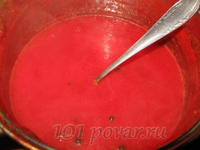 Томатный сок переливаем в кастрюльку, добавляем все сухие специи и порезанный на кусочки, вместе с семенами, горький перец