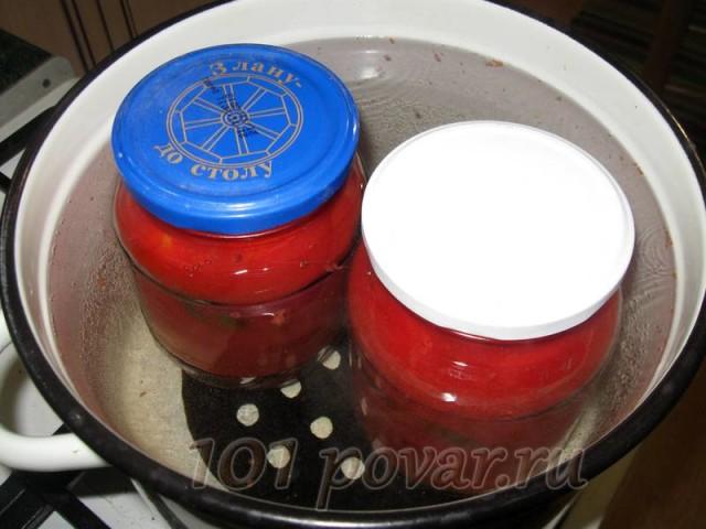 Подготовленные в банках томаты, заливаем горячим томатным соком, прикрываем чистыми крышками и помещаем их в подогретую до 60 градусов воду на стерилизацию. Стерилизуем 15 минут.