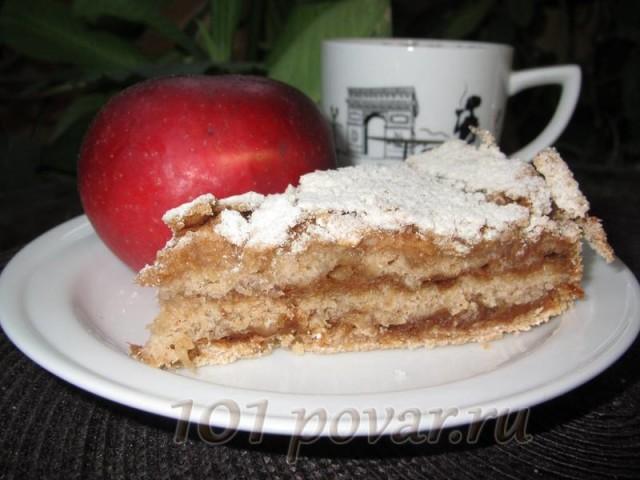 Насыпной пирог с яблоками должен постоять час-другой, тогда он станет мягким и нежным